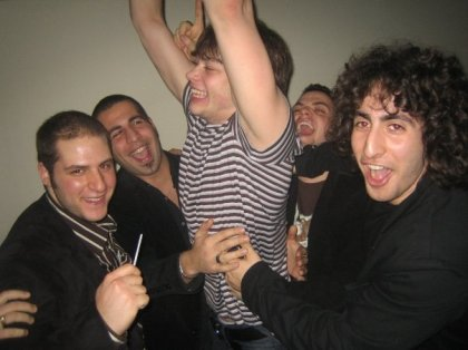 Sergei sur le party avec beaucoup trop d'hommes